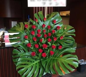 舞台公演祝い赤バラワイヤースタンド花