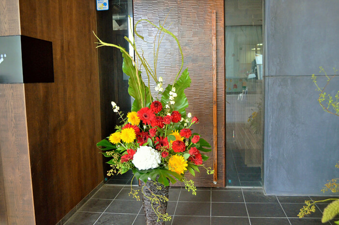お祝い籠スタンド花