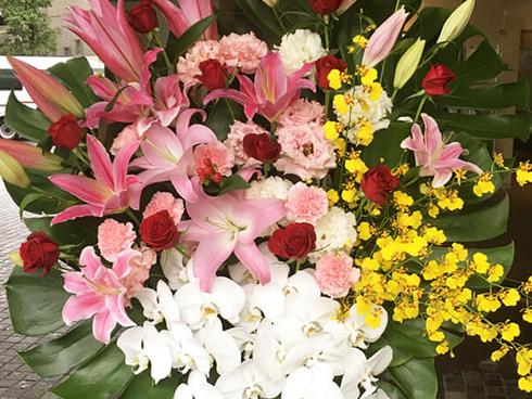 六行会ホールに贈る花