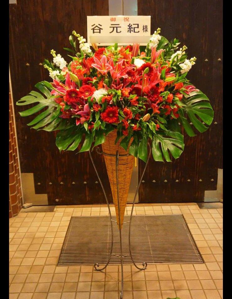 ルーテル市ヶ谷センター 谷元紀様のオカリナリサイタル公演祝い赤系スタンド花