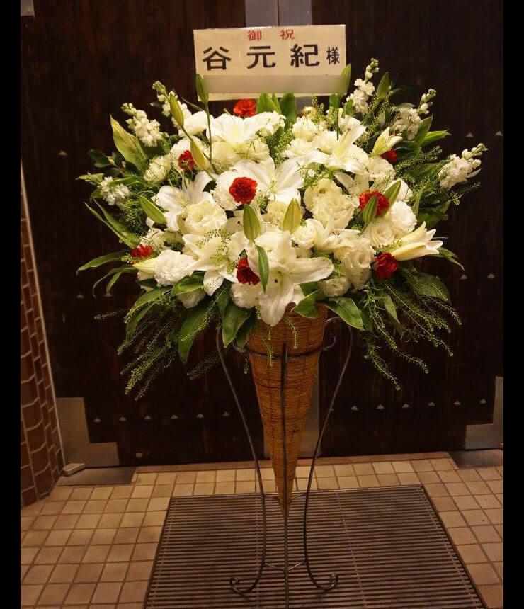 ルーテル市ヶ谷センター 谷元紀様のオカリナリサイタル公演祝い白系スタンド花