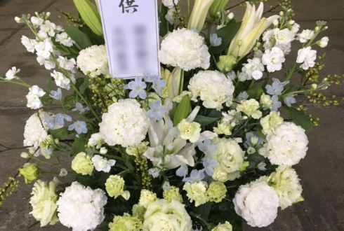 浄心寺会館さくらホール ご葬儀用の花 白メインに水色