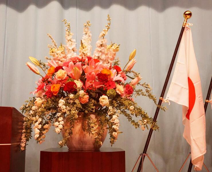 星陵会館 飛鳥未来きずな高等学校様の卒業式壇上花