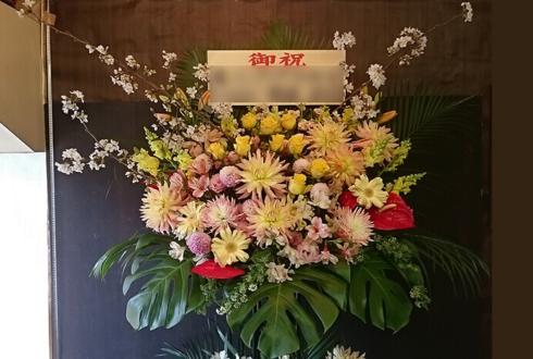 吉祥寺第一ホテル 入社式 淡い黄×ピンクスタンド花