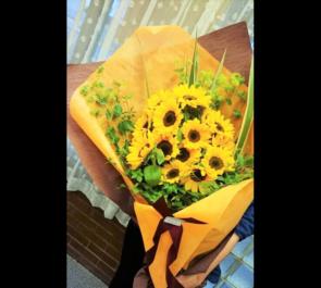 IMAホール イベント出演祝いヒマワリ花束