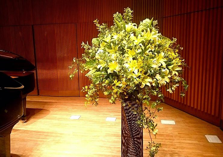 練馬区 大泉ゆめりあホール ピアノ演奏会祝いスタンド花