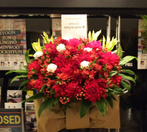 渋谷Mt.RAINIER HALL APEACE Hong Sung-Ho(ホン・ソンホ)様のイベントスタンド花