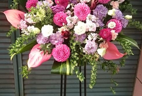川口総合文化センター 入社式 ピンク系スタンド花