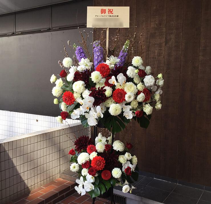 八芳園 グローバルライフ株式会社様の入社式用スタンド花 壇上花