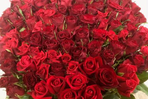 上野 プロポーズに108本の赤バラ花束