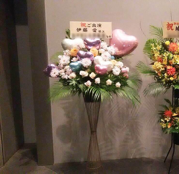 東京国際フォーラム 伊藤愛様のミュージカル出演祝いバルーンスタンド花