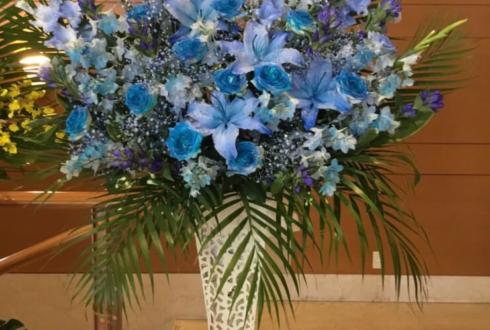 恵比寿ザ・ガーデンホール 麻乃佳世様の宝塚歌劇団74期生30周年記念公演祝いアイアンスタンド花