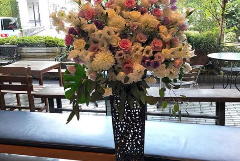 シアター代官山 村田志織様の舞台出演祝いアイアンスタンド花