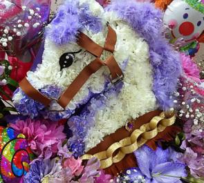 目黒鹿鳴館 絵恋ちゃんのバースデーライブ公演祝い白馬モチーフスタンド花