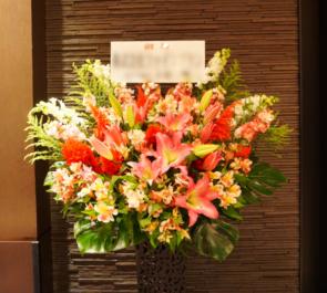 日本橋三井ホール ウェイウェイ・ウー様のライブ公演祝いアイアンスタンド花