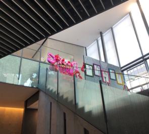 EXシアター六本木 アンティック-珈琲店- みく様のライブ公演祝いバルーンスタンド花