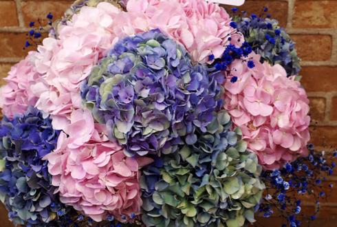紫陽花をラウンド状にたっぷりと使用して、まん丸の紫陽花ボールのように。 ボリューム感もあって紫陽花好きにはたまらない可愛さです。 ご指定のブルーのカスミソウを添えて。