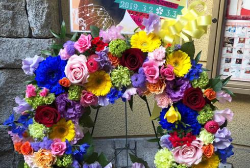 原宿La Donna 清水佐紀様のカジュアルディナーショー祝いリース型イーゼルスタンド花