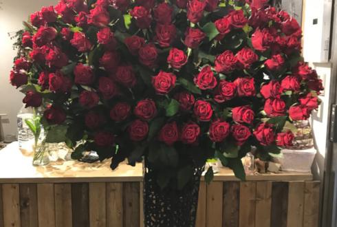 港区白金台 スタイリストC様の誕生日祝いアイアンスタンド花赤バラ120本