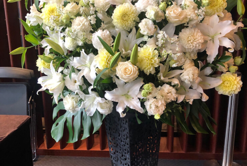 銀座ヤマハホ-ル 佐賀龍彦様のソロコンサート公演祝いアイアンスタンド花