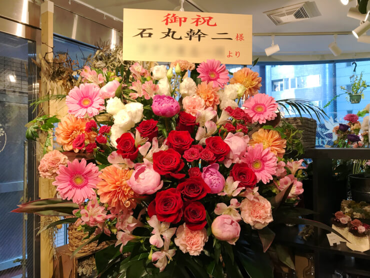東京芸術劇場 石丸幹二様のコンサート公演祝いアイアンスタンド花