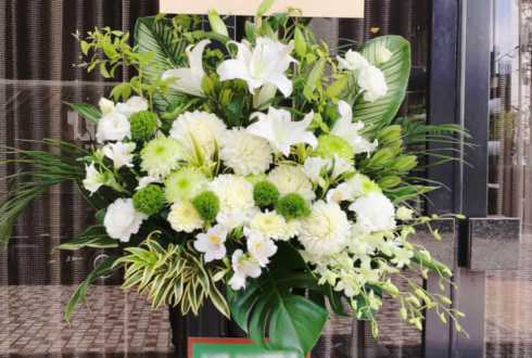 メルパルクホール東京 立花理香様のセカショフェス出演祝いスタンド花 ホワイト×グリーン