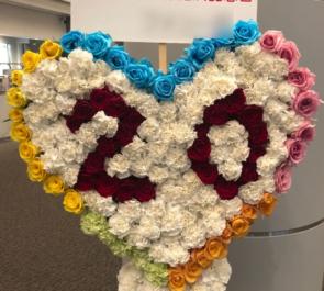 品川インターシティホール Psycho le Cemu(サイコ・ル・シェイム)様の20周年記念ライブ公演祝いハートモチーフスタンド花