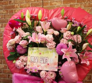 全労済ホール/スペース・ゼロ 横尾瑠尉様のミュージカル『ハッピーマーケット!!』出演祝いハートスタンド花