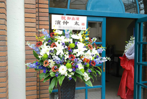 オリエンタルリリー等大輪系のお花をメインにベレッブルー等の小輪系を配し、落ち着いた大人のイメージのアイアンスタンド花をお届け致しました。