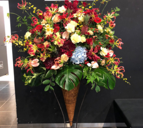 伝承ホール 別所ユージ様のミュージカル出演祝いコーンスタンド花
