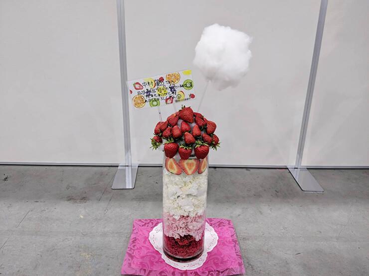 東京ビッグサイト 乃木坂46 中村麗乃様の握手会祝い花 ストロベリーボンボンモチーフ