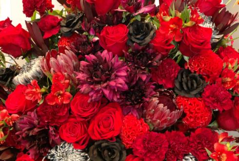 全労済ホール/スペース・ゼロ 鵜飼主水様の舞台「DAWN DAWGS〜朝焼けの旅路〜」出演祝いアイアンスタンド花