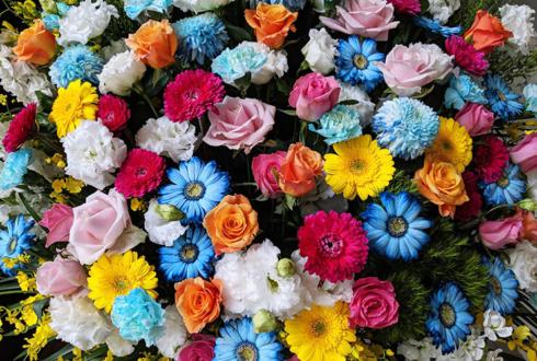 草月ホール 大宮エリー様の「虹のくじら」公演祝いアイアンスタンド花