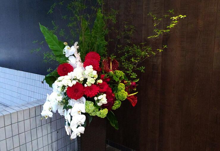 港区南青山Body&Soul様の自粛要請緩和営業再開に。開店祝い籠スタンド花