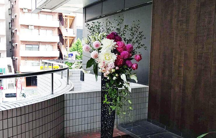 日本橋馬喰町 DDD HOTEL様の開業祝いアイアンスタンド花