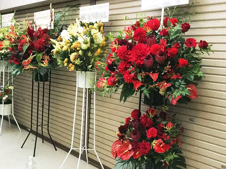 HOT STUFF PROMOTION様の40周年記念ライブ公演祝い赤スタンド花2段