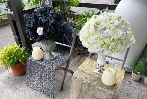 【 #ヲモヒヲカタチニプラス 】塩澤英真様の音楽劇「黒と白」出演祝い花『白』 @東京ドームシティ シアターGロッソ【花屋店頭展示】