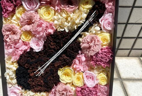 【 #ヲモヒヲカタチニプラス 】平安式舞提琴隊 YURiE様の誕生日祝い花 バイオリンモチーフプリザーブドフラワーBoxアレンジ @タートルミュージック